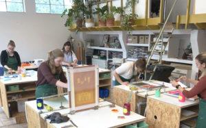 Deelnemers in de werkplaats van Het Grafisch Ambacht tijdens de Beginnerscursus zeefdrukken